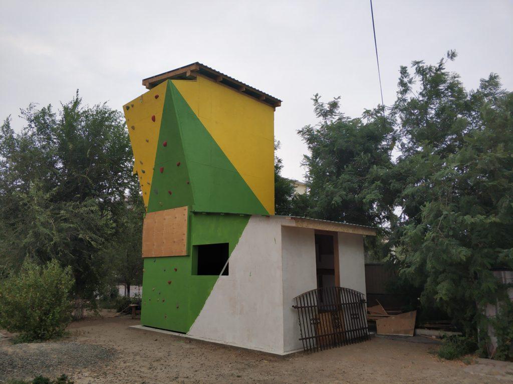 Pri pastoračnom centre sa o. Petrovi spolu s dobrovoľníkmi podarilo vybudovať lezeckú stenu. Foto: Dávid Bendík