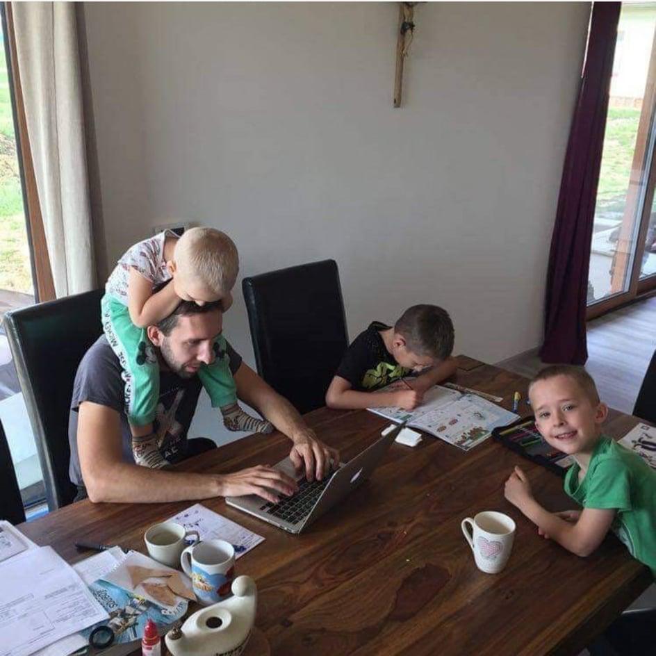 Skĺbiť homeschooling a prácú z domu bolo počas 1. vlny koronakrízy miestami ozaj nadľudským výkonom. Foto: Súkromný archív BF